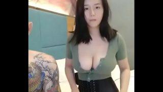 japan av วัยรุ่นสาวญี่ปุ่นหุ่นอวบเอ็กนมใหญ่ตั้งกล้องถ่ายคลิปเอากับแฟนหนุ่มสักลายเต็มตัวในโรงแรม