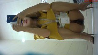 แอบถ่ายพนักงานเสื้อเหลืองเข้าไปนั่งฉี่ในห้องน้ำมุมนี้เตรียมมาอย่างดีเห็นหีเต็มลูกตา