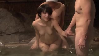 หนังavสวิงกิ้งเด็กวัยรุ่นสาวญี่ปุ่นหุ่นดีน่าล่อโดนสองหนุ่มใญ่หื่นจัดจับแก้ผ้ารุมเย็ดหีในบ่อน้ำพุร้อน