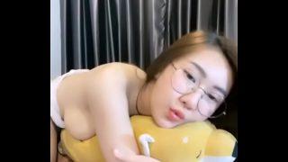 พริตตี้สาวไทยงานดีสวยใสน่าล่อไลฟ์สดแก้ผ้าเกี่ยวเบ็ดหีบนคอนโดโชว์ลงในกลุ่มลับ